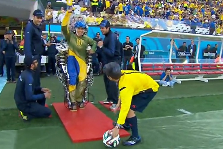 تماشا کنید: افتتاحیه جام جهانی با شوت زدن معلولی که به کمک روبات حرکت میکند