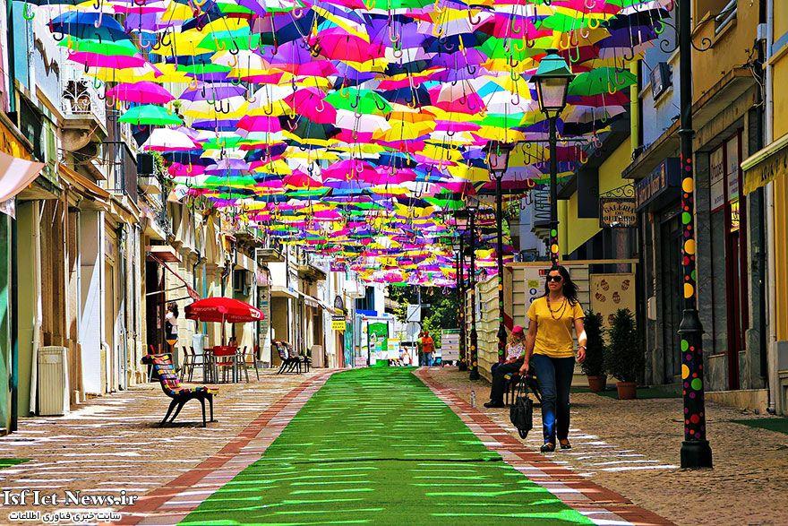 چترهای شناور در بالای خیابانی در پرتغال