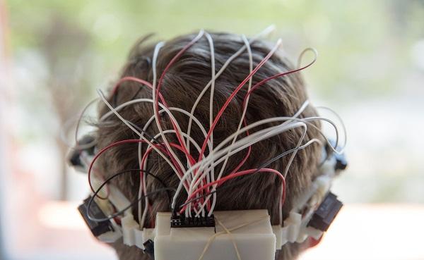 هدبندی که می تواند موانع را شناسایی و افراد نابینا را با بازخوردهای لرزشی هدایت کند